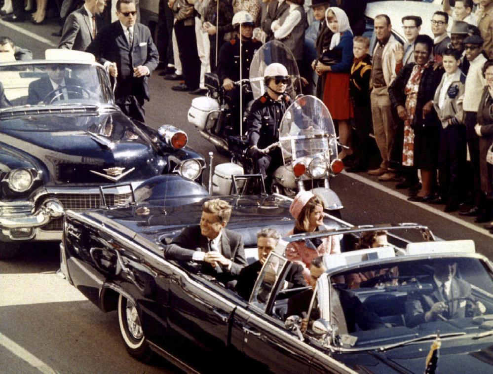 1963 - Pár minut či vteřin před smrtí během projížďky kabrioletem ulicemi Dallasu.