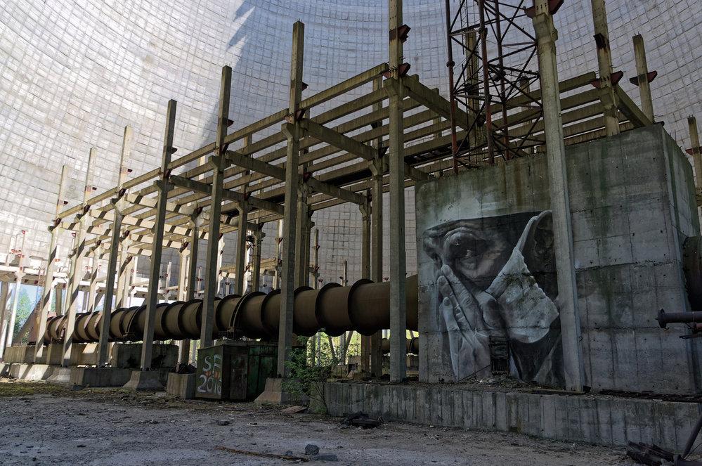 v rozestavěných chladicích věží dalších reaktorů v Černobylu