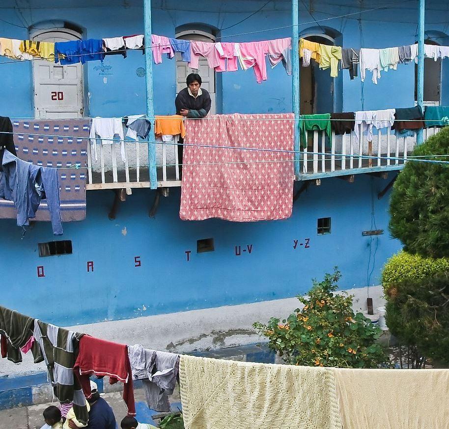 Vězeň si po vstupu do San Pedra musí vybrat, ve které z 8 částí vězení bude žít. Celu si může koupit či pronajmout od šéfa sekce či některého z místních makléřů. Pokud na nájem nemá, musí spát různě po chodbách nebo v místní kapli. Bohatí vězni naopak žijí v luxusu.