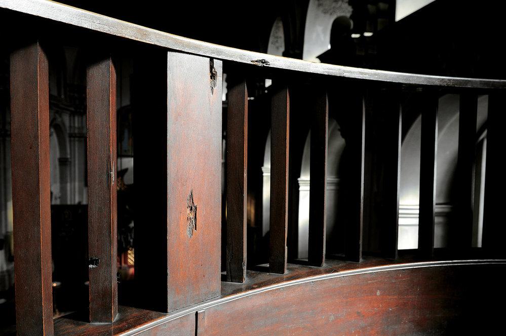 Stopy po kulkách v kostele