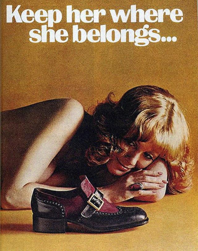 18. Reklama na boty, které jsou na zemi a leží u nich žena, říká: Drž ji na svém místě.