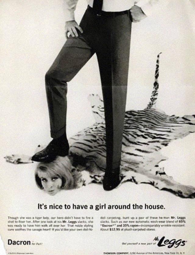 7. Muž stojí v reklamě na hlavě ženy a říká se v ní: Úklid - je dobré mít dívku v domácnosti.