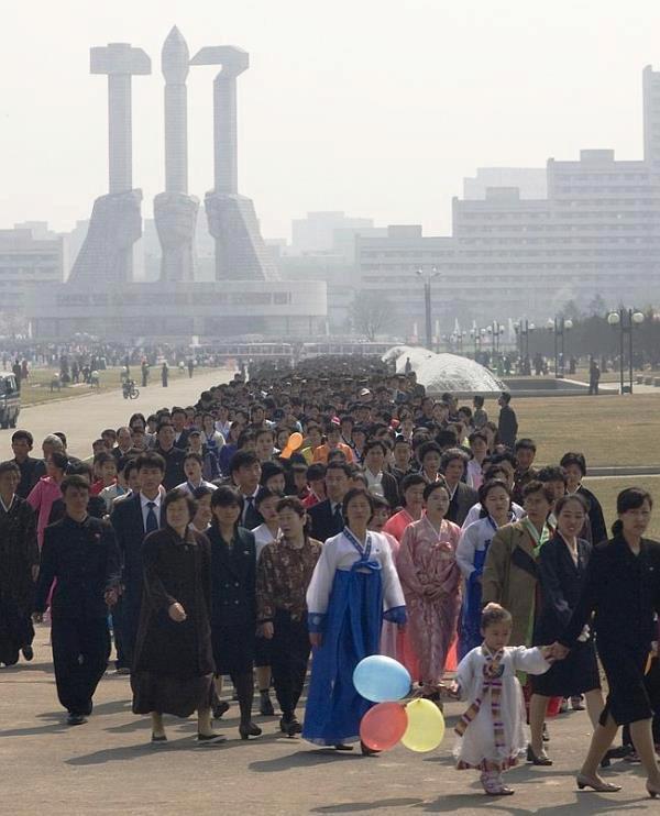 """""""Když jsem nějaké fotografie zveřejnil na webu, tak mi zakázali další vstup. Severokorejci je viděli a požadovali, abych je smazal, protože se jim zdály příliš urážlivé, ale to jsem odmítl, protože mi přišlo nesprávné neukázat realitu té země. Život je tam na mnoha místech brutální, naprosto odlišný od toho našeho na Západě,"""" uvedl v rozhovoru pro news.com.au Lafforgue."""