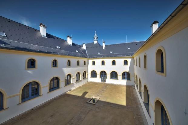 Opravený františkánský klášter Hostinné