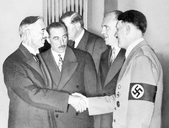 Chamberlain a Hitler při podpisu Mnichovské dohody.