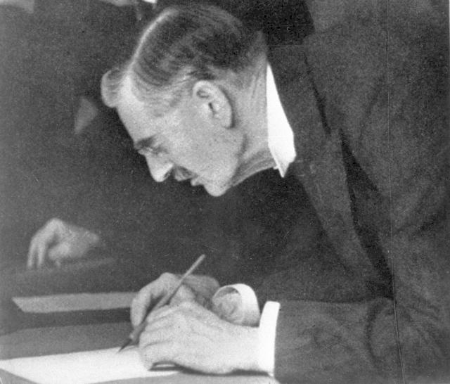 Chamberlain podepisuje Mnichovskou dohodu