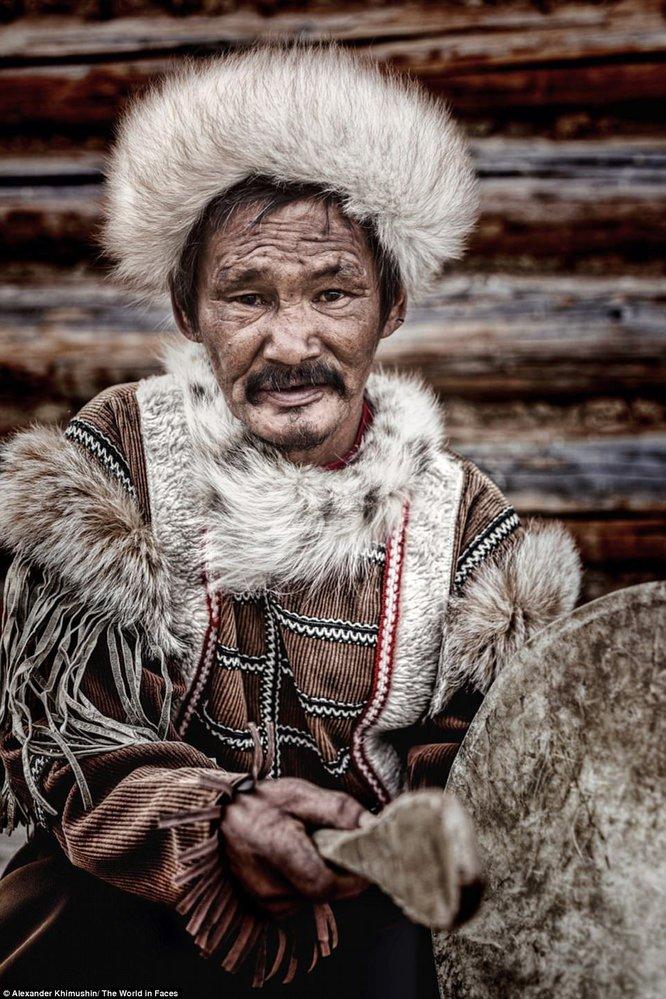 Muž, který patří k národu Tofolarů, kterým se říkalo i Karagasové.