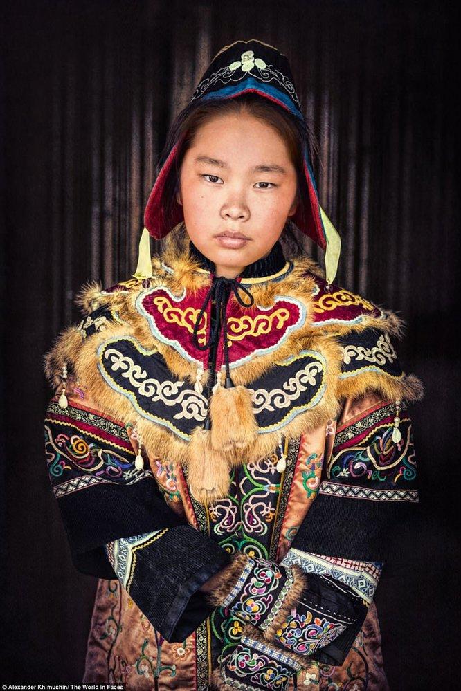 Dívka z kmene Nanajců, který stále vyznává šamanismus.