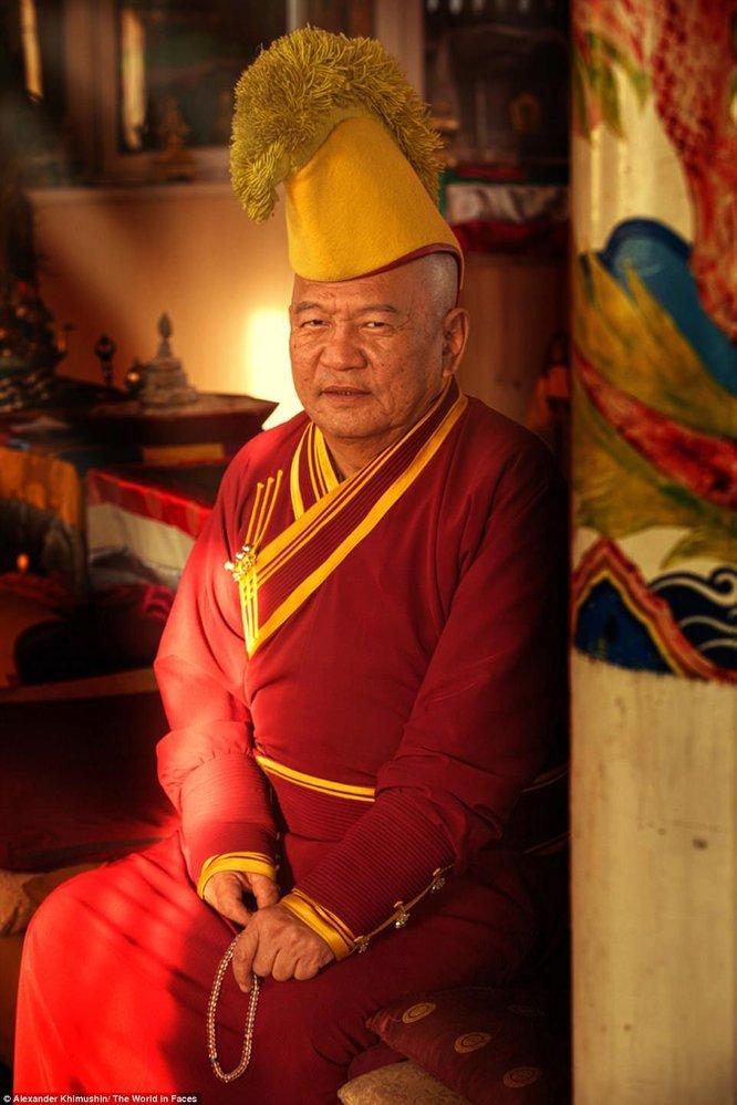 Buddhistický mnich z národa Burjatů. Fotografie je z buddhistické univerzity Atsagat Datsan, která vznikla v 18. století.