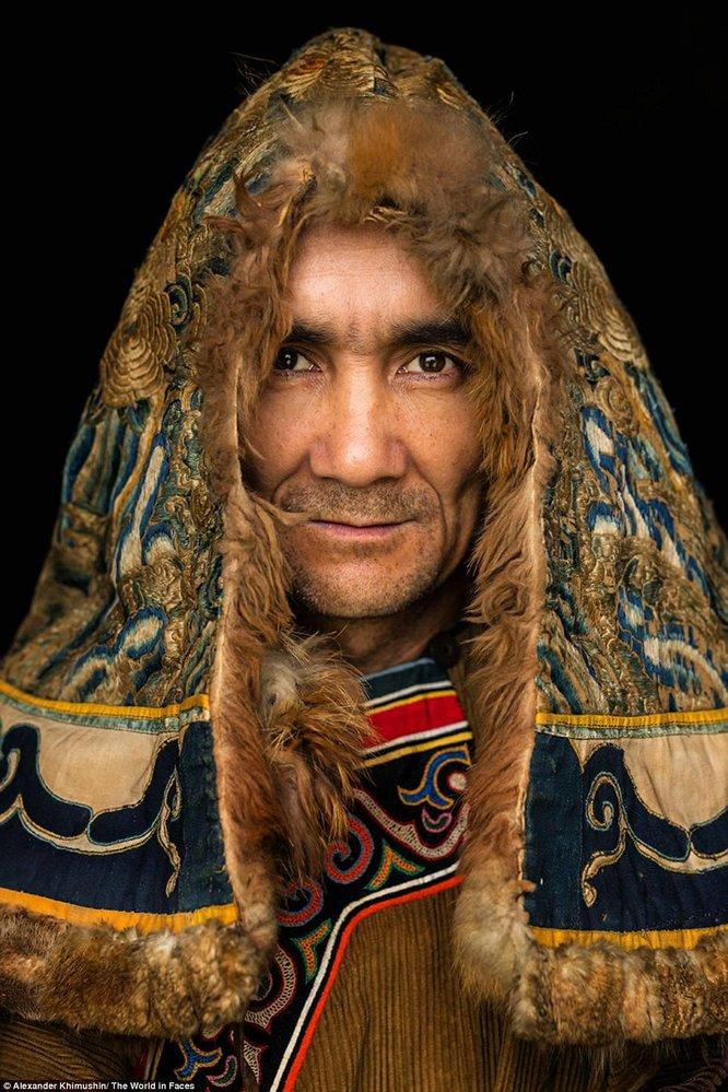 Muž z národa Nivchů, kteří žijí u Ochotského moře. Je jich kolem pěti tisíc.