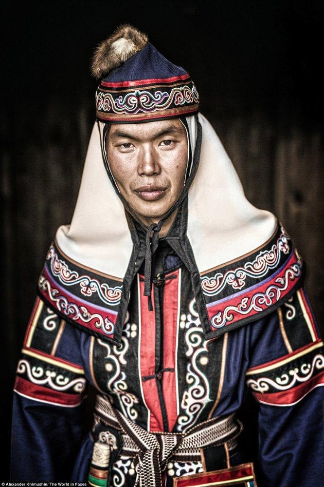Mladý muž z národa Ulčů. Jen několik desítek lidí ještě hovoří jejich původním jazykem.