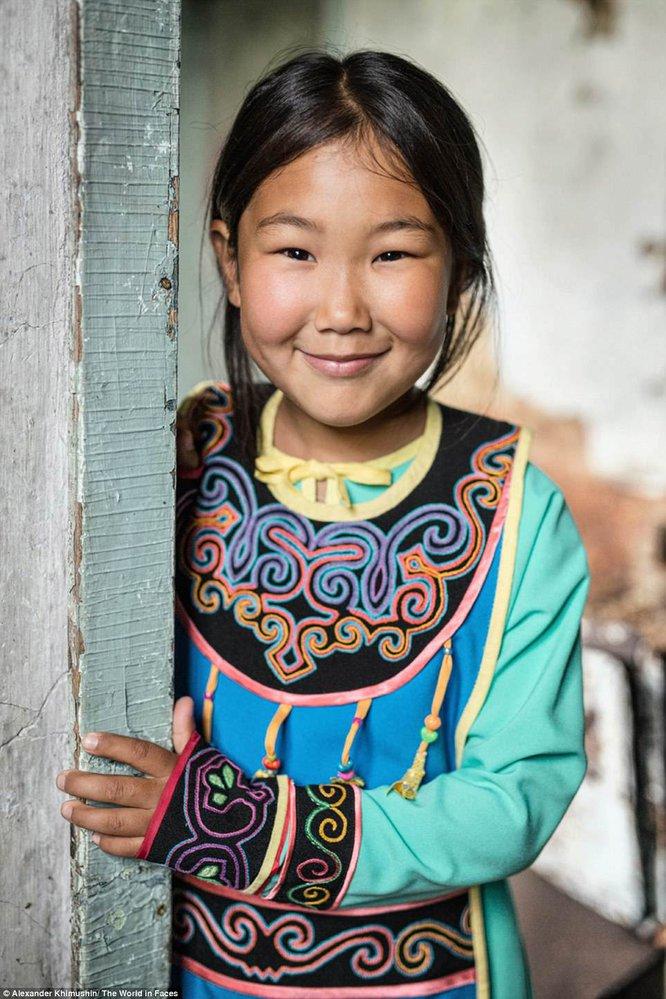 Dívka z národa Oroků, kterému se říká i Uilta. Je jich už jen necelých 300. Nejstarší se narodili na Sachalinu v době, když patřil Japonsku a mají proto dodnes japonská jména.