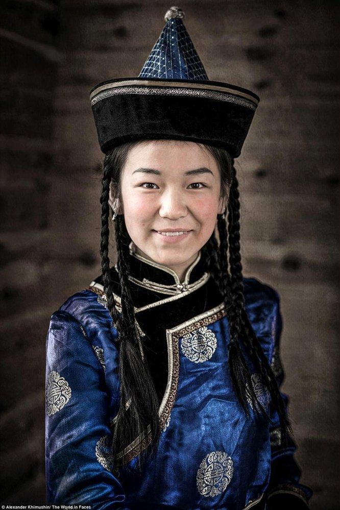 Mladá žena z národa Sojotů. Malý národ, hlásí se k němu kolem 3600 osob. Kdysi věřili, že je hříšné lovit ryby, ale od 19. století je to nezbytná součást jejich života.