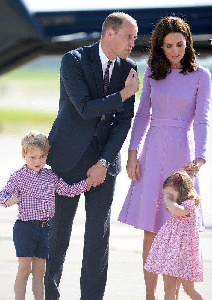 William, Kate a jejich děti George a Charlotte na oficiální návštěvě Německa. Děti se očividně nudily.