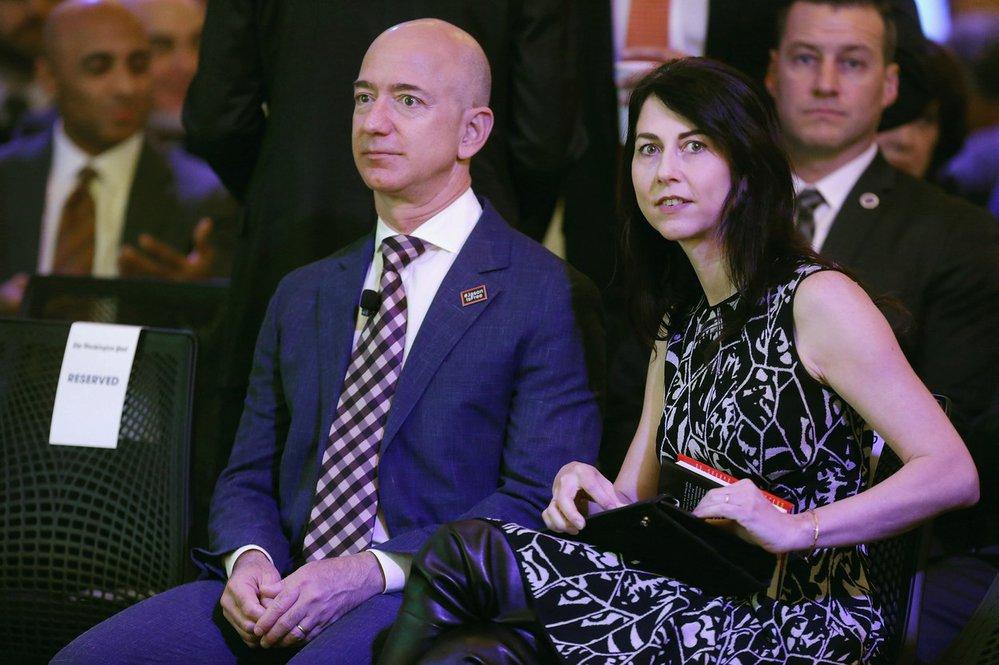 Zakladatel Amazonu Jeff Bezos s manželkou Mackenzie Bezosovou