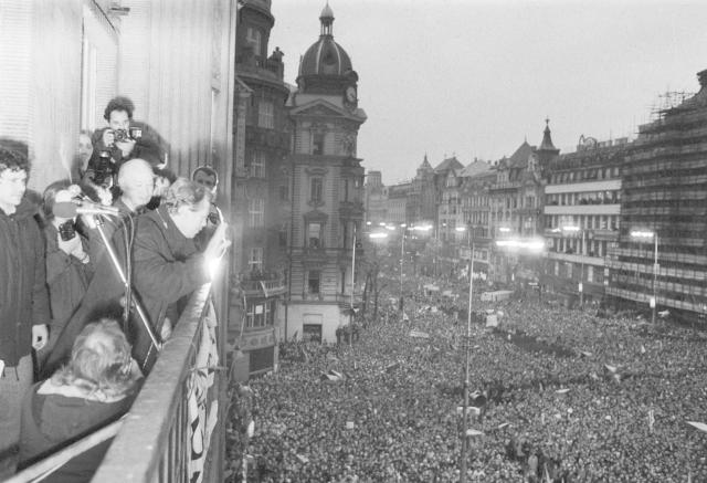 Václav Havel během revoluce roku 1989 na Václavském náměstí.