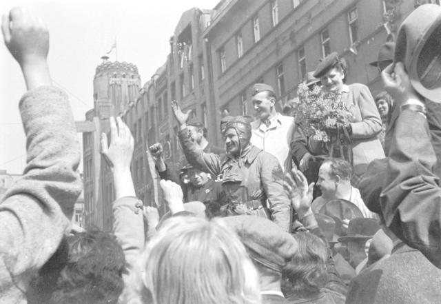 Vítání Rudoarmějců v Praze na Václavském náměstí, květen 1945.