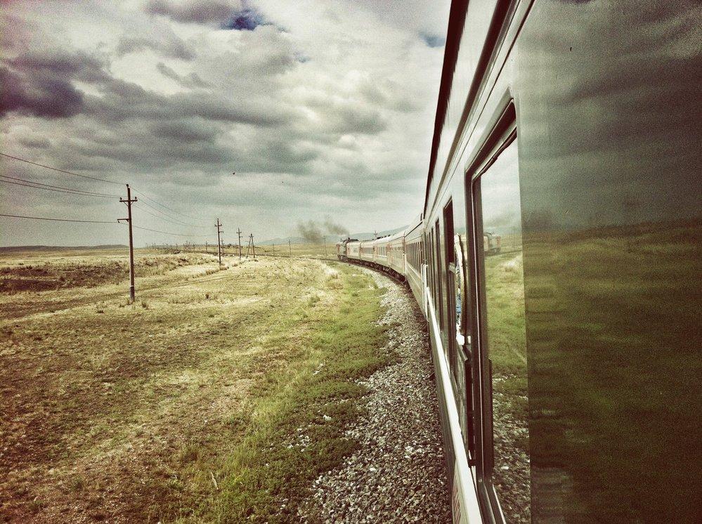 Pro tentokrát volíme trasu do Mongolska, kde trať ještě není eletrifikována a dieslová lokomotiva nás pomalu ale jistě odváží z nekonečné tajgy...