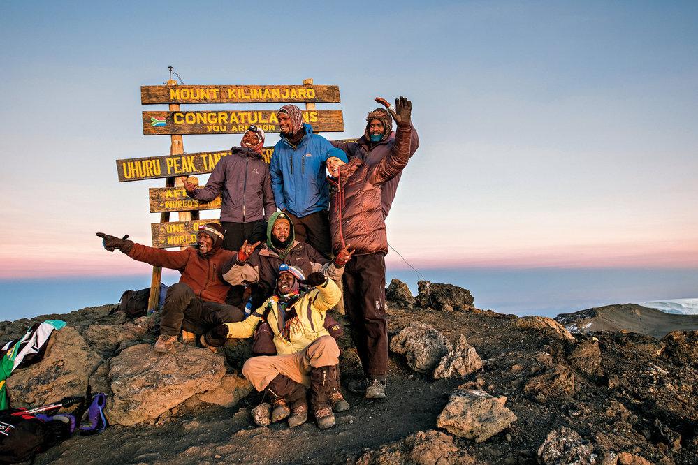Garrett a naši nosiči na vrcholu Uhuru, 5895 m n. m.