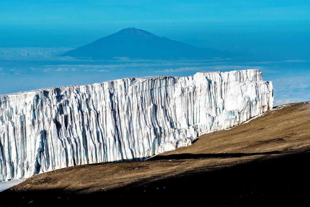 Mt. Meru z vrcholu Kilimandžára. Mnozí cestovatelé se tu aklimatizují před výstupem na Kili.