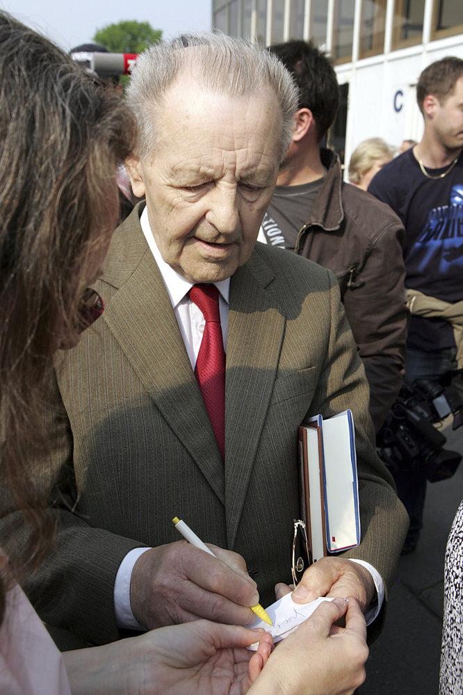 2009 Jakeš je každoročně hvězdou komunistických oslav 1. máje a ochotně rozdává autogramy.