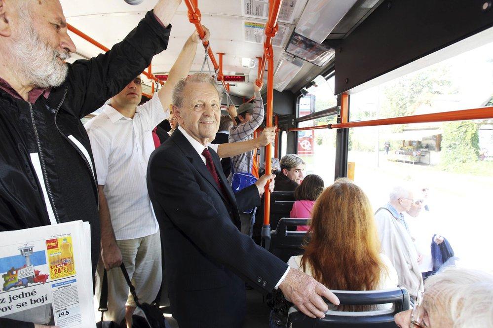 2011 Miloše Jakeše poznávají lidé i v tramvaji.