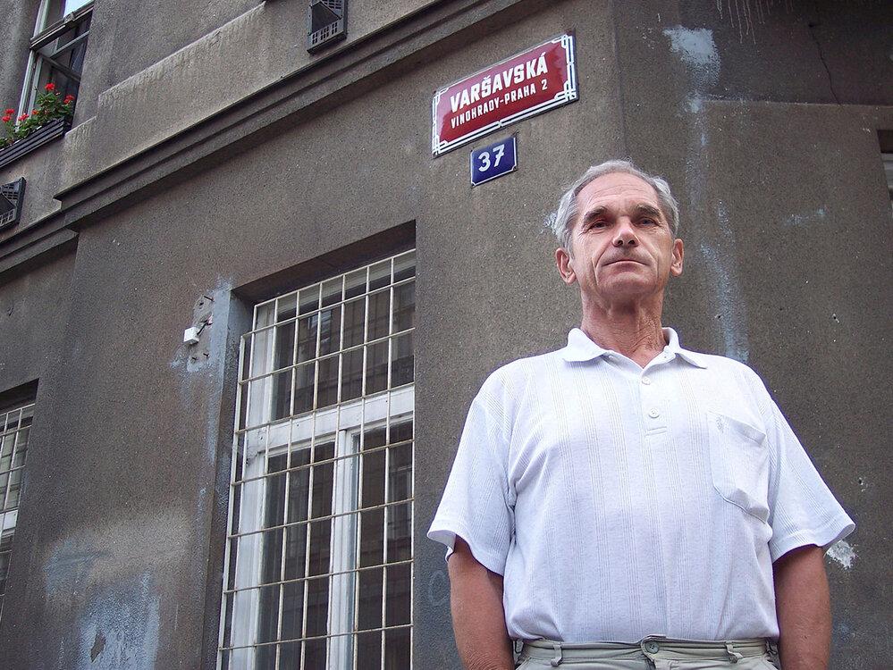Jiří Chrastil před domem, kde v roce 1968 bydlel