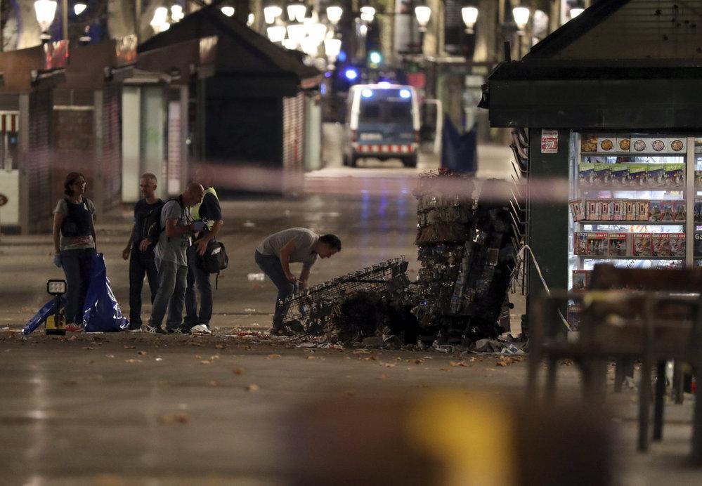 Po Barceloně další teror. Do Španělů v noci najelo auto s výbušninami.