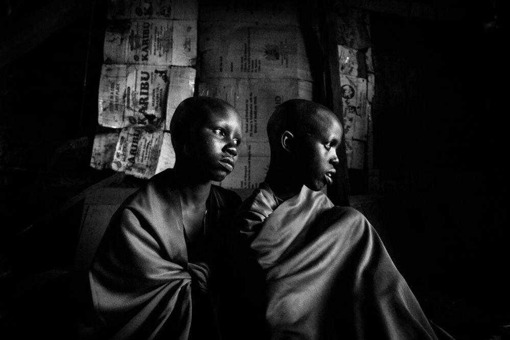 Isina a Naserian stráví den před jejich obřízkou v místnosti otce.