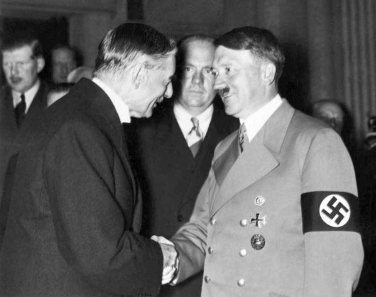 Britský premiér Chamberlain, do něhož se Einstein ostře pustil, s Adolfem Hitlerem.