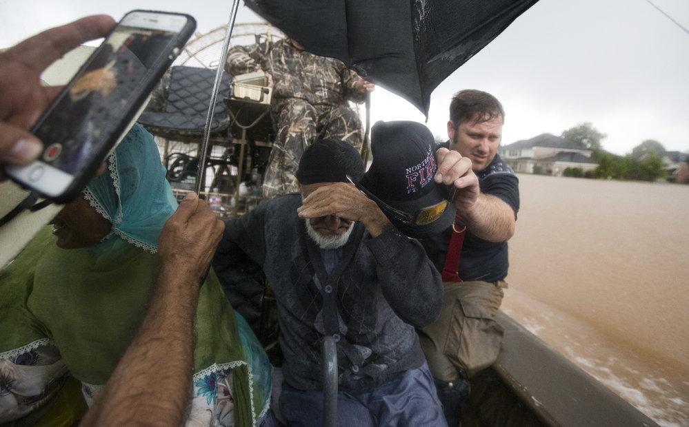 Úřady v Houstonu v Texasu přijaly přes 6000 tísňových volání a před hurikánem zachránily již přes 1000 lidí