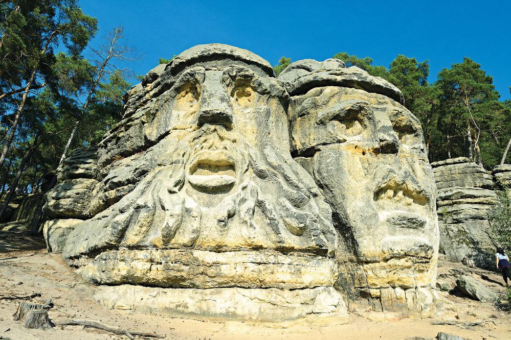Téměř deset metrů vysoké obří hlavy prý zpodobňují místní rodáky - což obyvatelé z okolí slyší neradi.