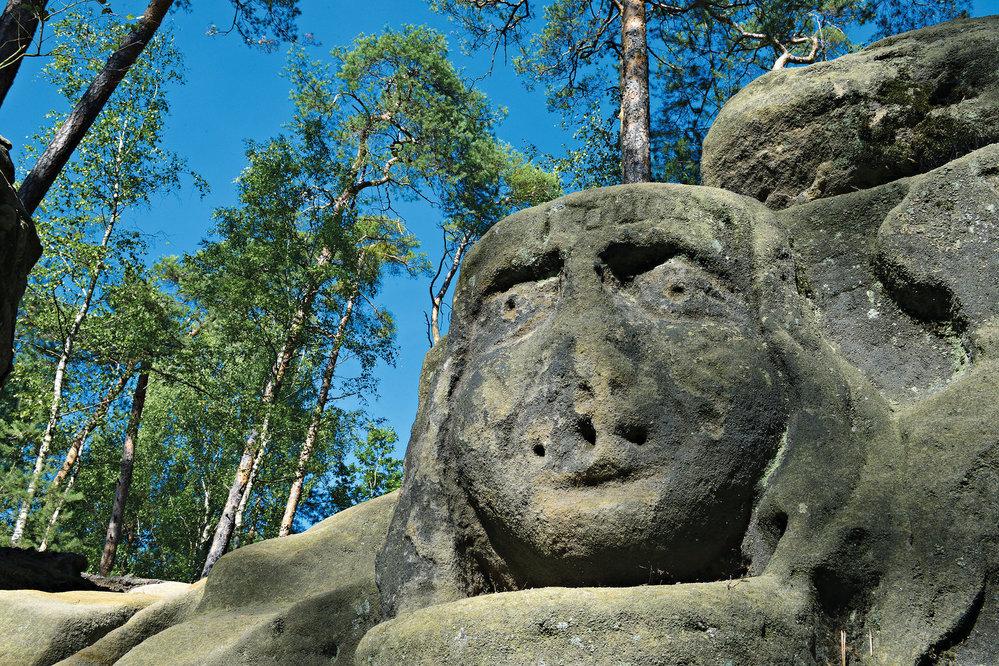 V pískovcových skalách v celém okolí se skrývají další díla sochaře Václava Levého.