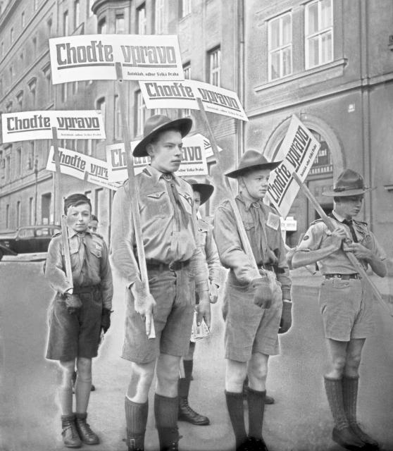 První den dopravní změny chodili v ulicích Prahy skauti, kteří na úpravu upozorňovali.