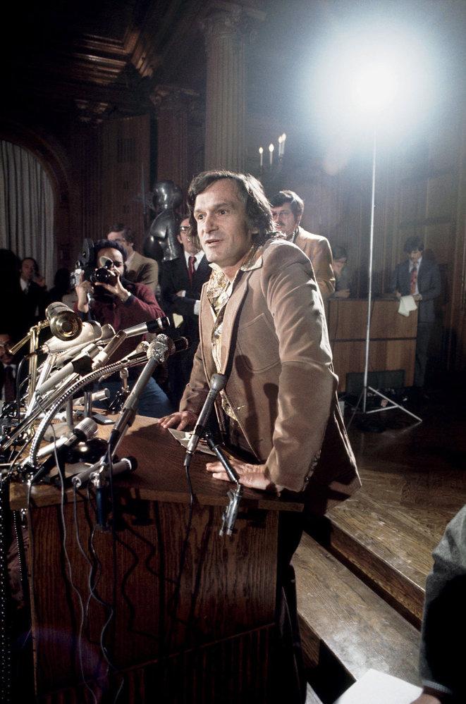 Hugh Hefner čte natiskové konferenci prohlášení ohledně smrti své sekretářky Bobbie Arnsteinové. Tu vkvětnu roku 1974 uvěznili zapřechovávání drog avlednu následujícího roku spáchala sebevraždu. Image válcujícího impéria dostalo první trhliny.