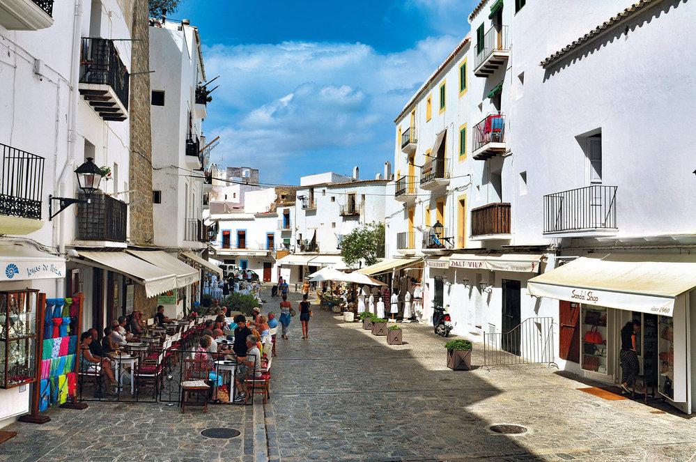 Malebné uličky rezidenční části hlavního města Ibizy jsou ideální na jarní nebo podzimní procházku
