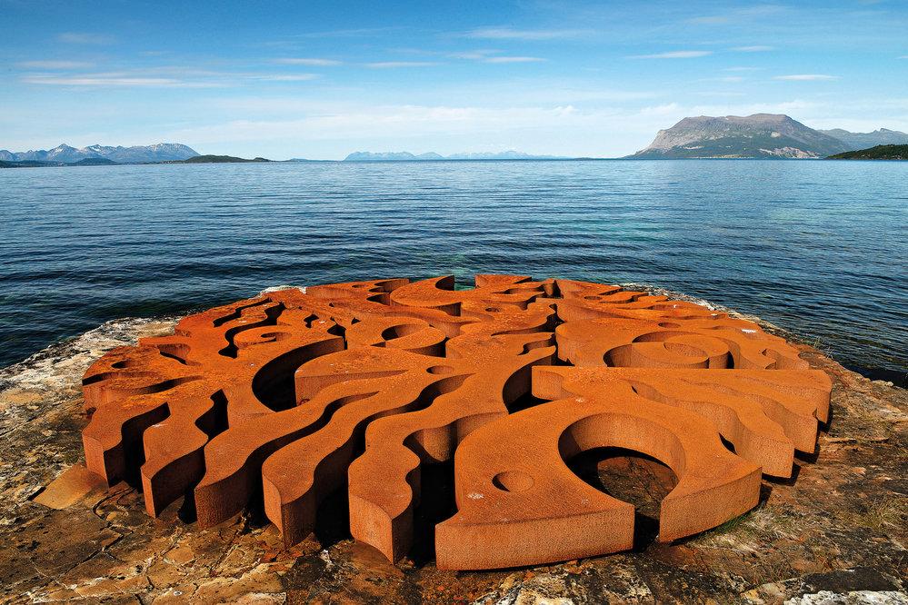 """Jeden zobjektů severonorského projektu Skulpturlandskap """"Sedm magických bodů"""" měří vprůměru sedm metrů, je dílem finského umělce M. Aiha aje kvidění usilnice č. 825 jižně odTromsø"""