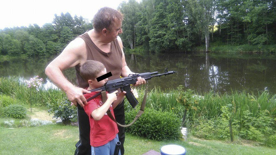 """Ke střílení vede tajemník SPD i děti ve své rodině. """"Ve stáří jako když najdeš,"""" napsal k fotkám, kde učí střílet malého chlapce. Fotkami se chlubí na svém veřejném facebookovém účtu."""