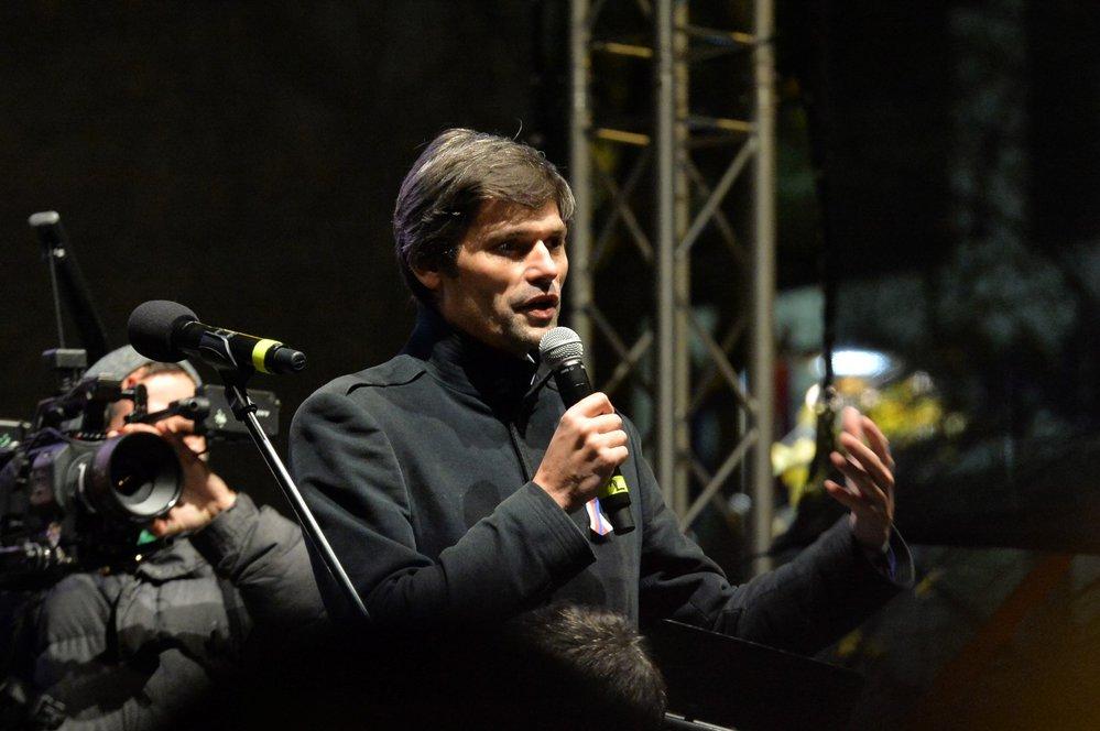 Marek Hilšer na Václavském náměstí 17. listopad 2017. Organizátoři ho nechali mluvit, Michalu Horáčkovi to neumožnili - Hilšer mu chtěl proto dát část svého času. Horáček totiž mu pomáhal sbírat podpisy lidí před prezidentskou kandidaturou.