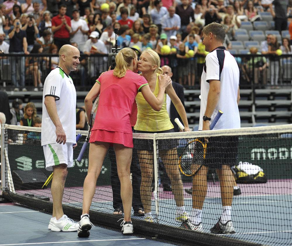 Jana Novotná při exhibici se Steffi Grafovou, jejím manželem Andrem Agassim, proti kterým si v roce 2011 zahrála po boku Jiřího Nováka