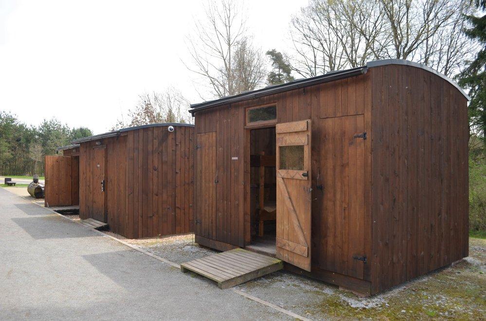 U památníku obětí tábora v Letech stojí i replika dřevěných ubikací. Je ukázkou, v jakých podmínkách Romové v táboře žili.