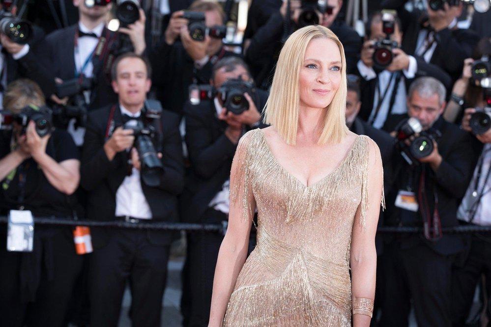 Uma Thurman v nádherných zlatých šatech na filmovém festivalu v Cannes.