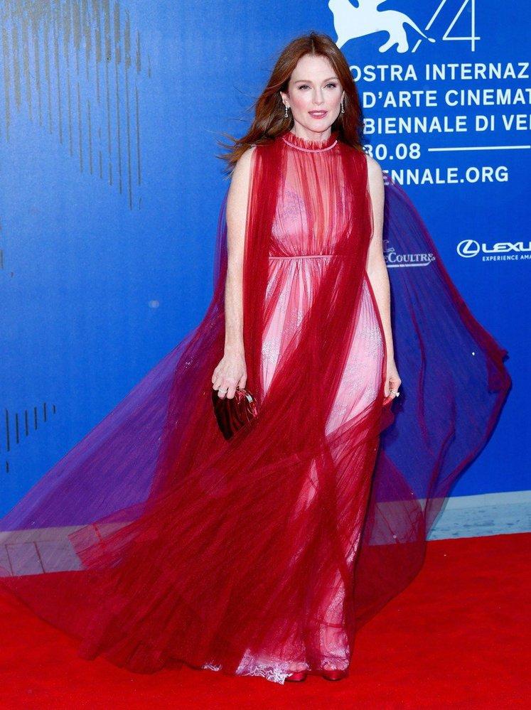Herečka Julianne Moore doslova zazářila na červeném koberci v Benátkách.