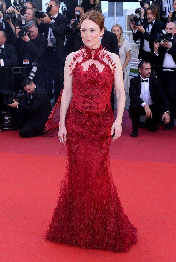 Herečka Julianne Moore doslova zazářila na červeném koberci v Cannes.
