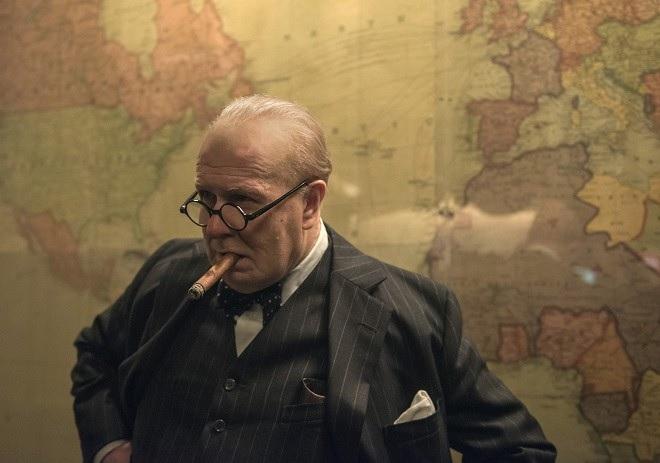 Gary Oldman jako Winston Churchill ve filmu Nejtemnější hodina