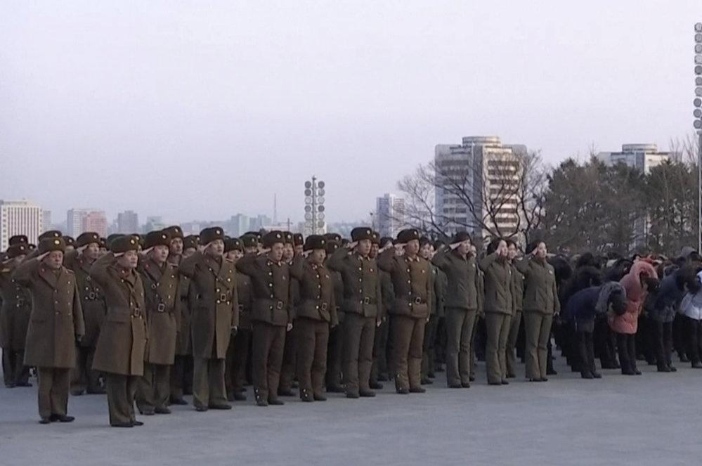 Den před zahájením zimních olympijských her proběhla v KLDR vojenská přehlídka