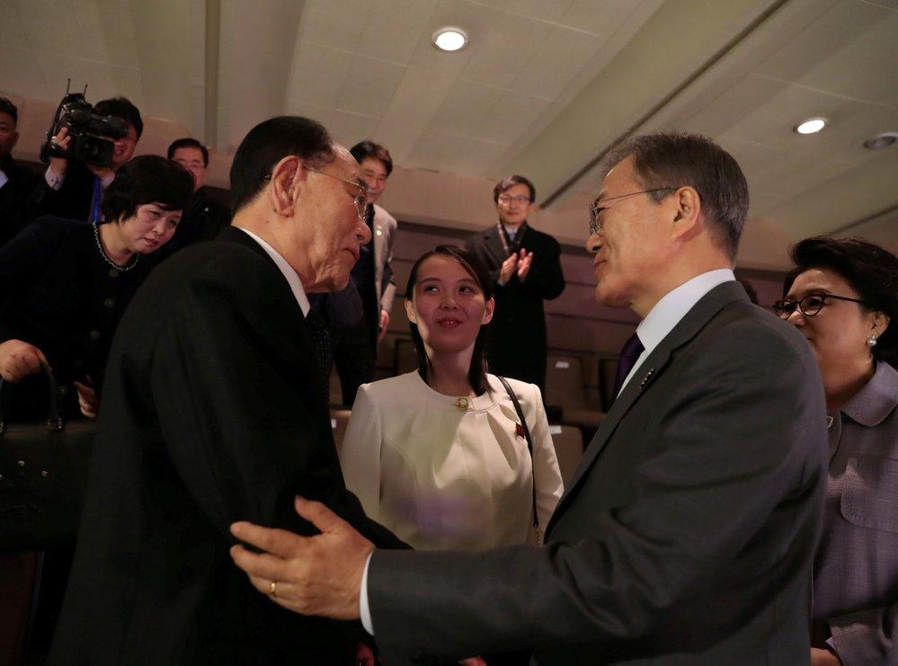 Jihokorejský prezident Mun Če In hovoří s předsedou severokorejského Lidového shromáždění Kim Čong Namem