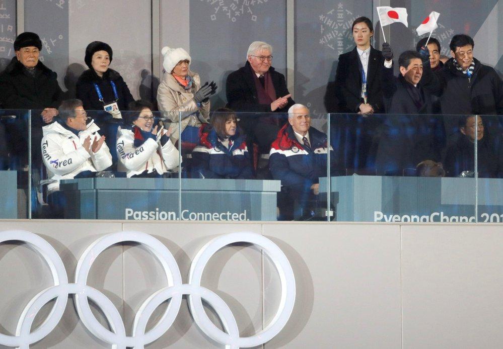 Jihokorejský prezident Mun Če In, předseda lidového shromáždění KLDR Kim Čong Nam a Kim Jo Čong, sestra severokorejského diktátora Kim Čong Una