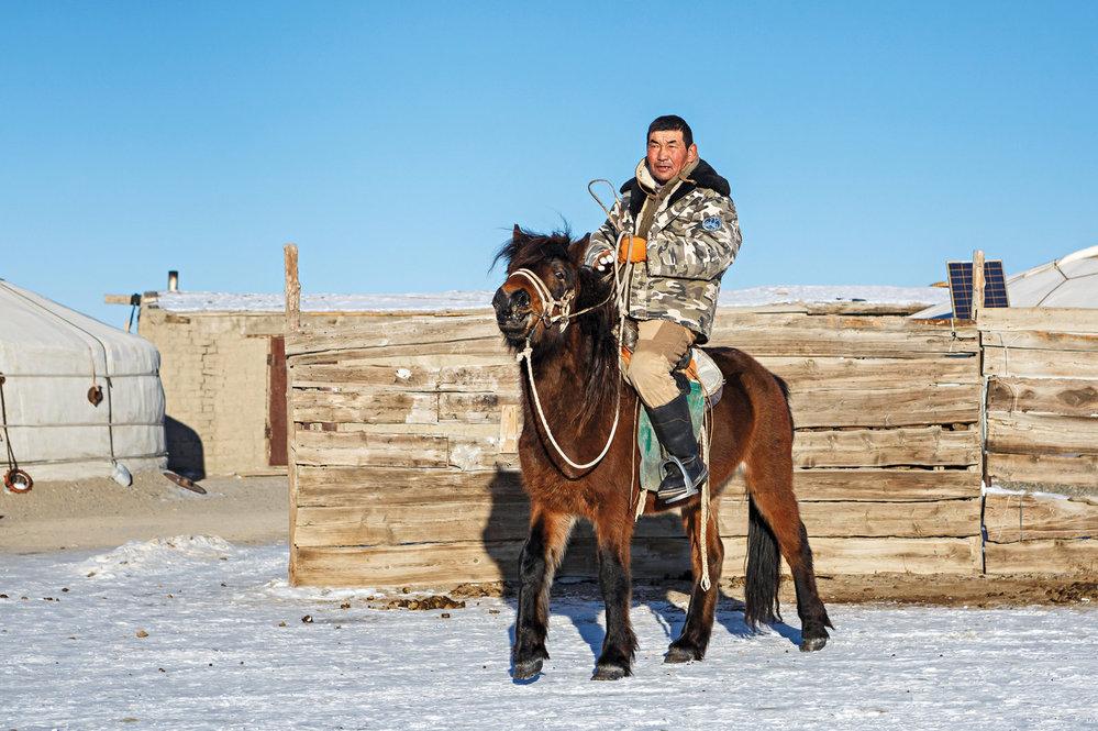V zimě používají strážci Gobi velice často i koně