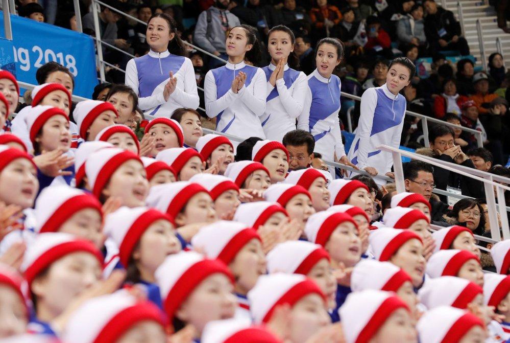 V kotli severokorejských fanynek nejsou jen slečny v čepicích